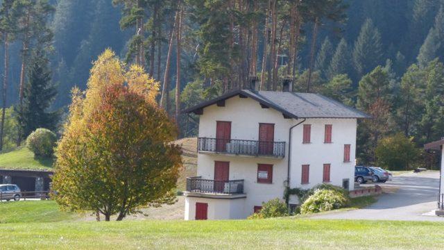 casa indipendente a Bormio, immersa nel campo di golf, 3 appartamenti indipendenti, bormio, terme, olimpiadi, pista stelvio