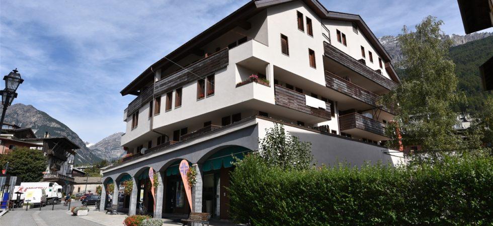 Trilocale con doppi servizi, 2 balcone e box